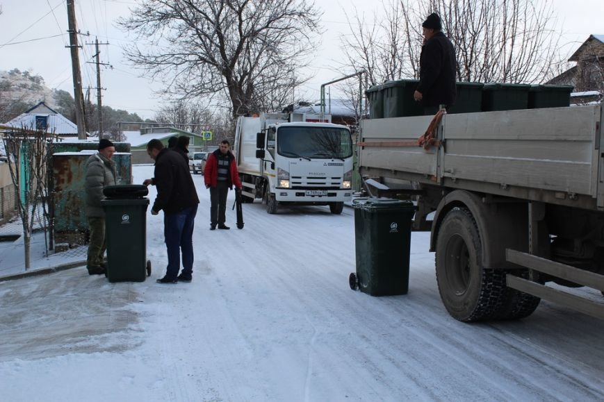 Жителям частного сектора Симферополя раздают персональные мусорные баки (ФОТО) (фото) - фото 2