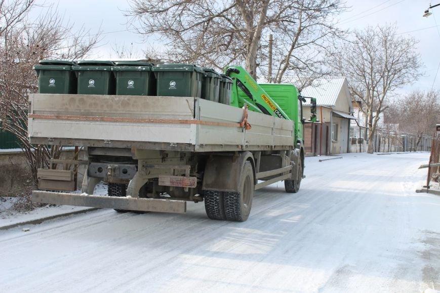 Жителям частного сектора Симферополя раздают персональные мусорные баки (ФОТО) (фото) - фото 1
