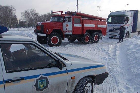 В Полтавской области через застрявшие фуры было заблокировано движение на трассе Киев-Харьков (фото) - фото 1