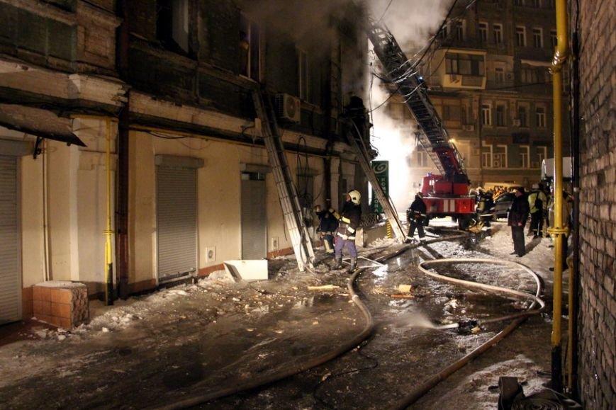 В центре Киева около 6 часов тушили исторический дом: погиб человек (фото) - фото 1