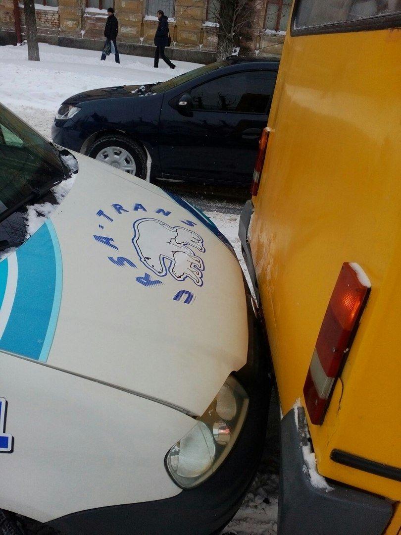 В Кировограде автомобиль врезался в маршрутку. ФОТО (фото) - фото 1