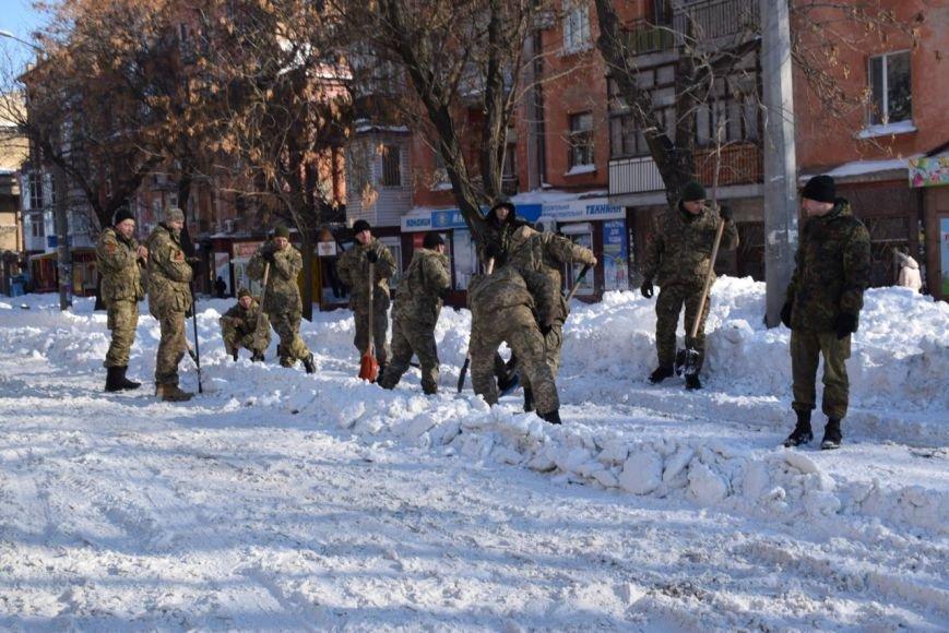 В Николаеве военные освобождают из снежного