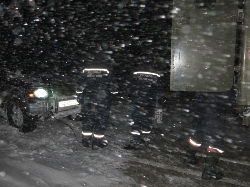 Рятувальники продовжують реагувати на звернення водіїв, які стали заручниками стихії (ФОТО), фото-1