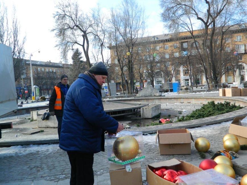 С главных площадей Запорожья убирают городские елки, - ФОТОРЕПОРТАЖ (фото) - фото 8