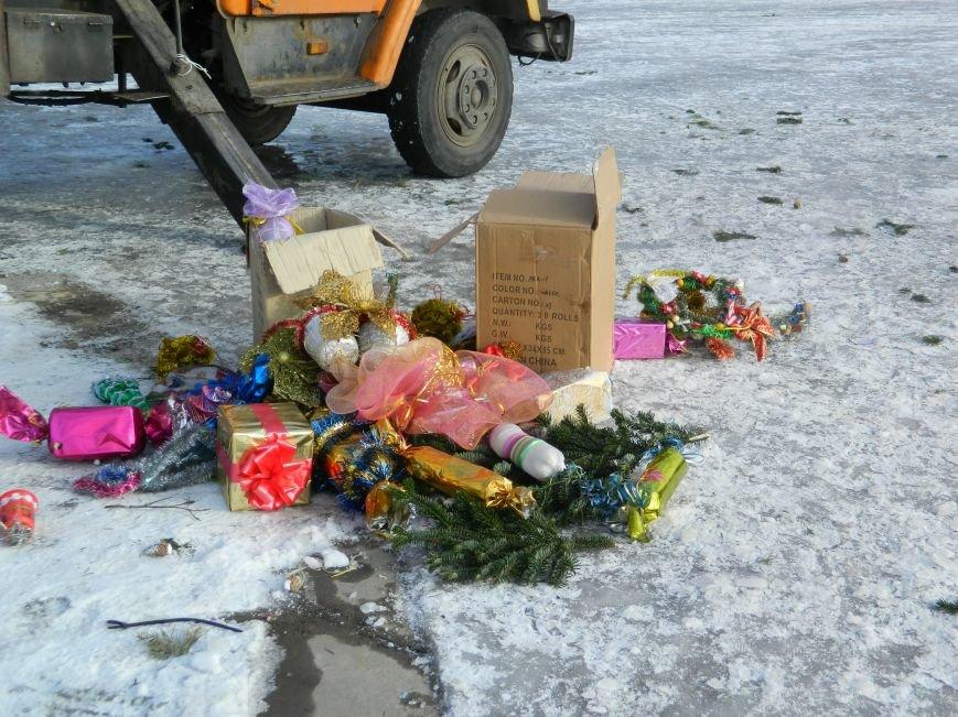 С главных площадей Запорожья убирают городские елки, - ФОТОРЕПОРТАЖ (фото) - фото 4