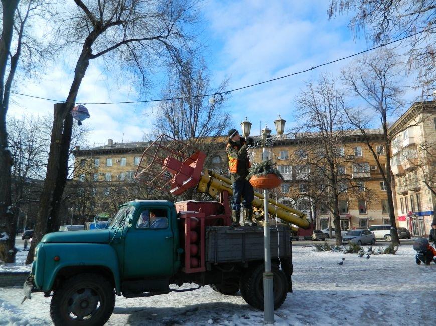 С главных площадей Запорожья убирают городские елки, - ФОТОРЕПОРТАЖ (фото) - фото 12