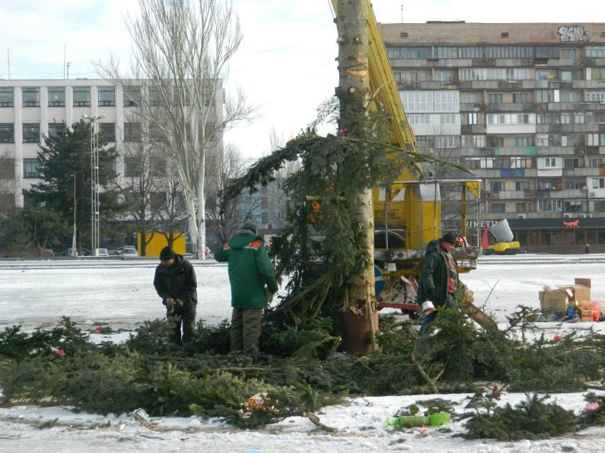 С главных площадей Запорожья убирают городские елки, - ФОТОРЕПОРТАЖ (фото) - фото 2