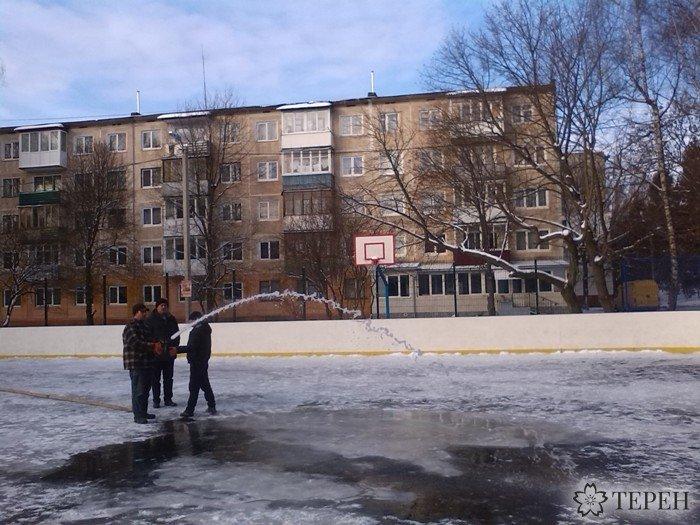 Тернополяни почали нищити ще невідкритий каток (фото) (фото) - фото 1