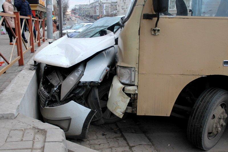 ДТП в центре Ростова: маршрутка протаранила два автомобиля, фото-7