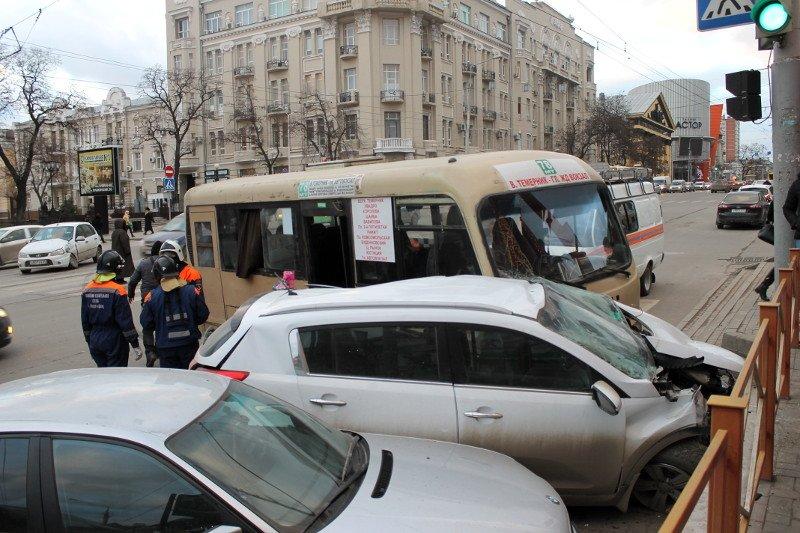 ДТП в центре Ростова: маршрутка протаранила два автомобиля, фото-1