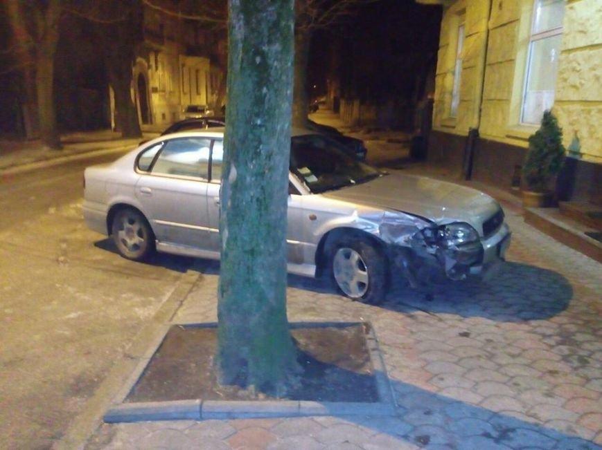 У Львові розшукали водія, який 14 січня пошкодив шість автомобілів і трамвай (ФОТО) (фото) - фото 1