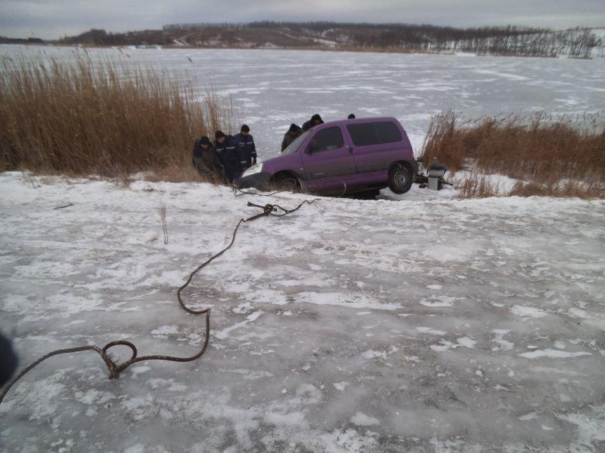 Краматорские спасатели вытащили автомобиль из ставка (фото) - фото 1