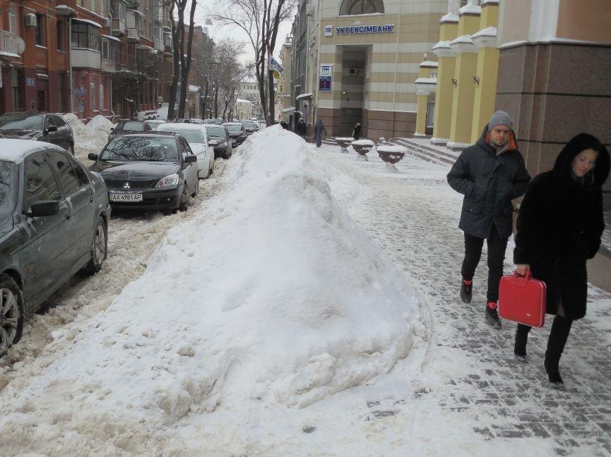 Харьковские «Альпы» и «Гималаи»: как в городе борются со снежными заносами (ФОТОФАКТ) (фото) - фото 1