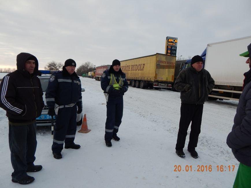 Днепродзержинские полицейские помогли извлечь автомобили из снежной ловушки (фото) - фото 1