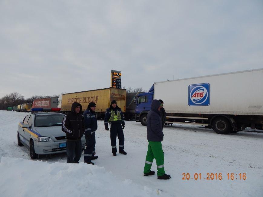 Днепродзержинские полицейские помогли извлечь автомобили из снежной ловушки (фото) - фото 4