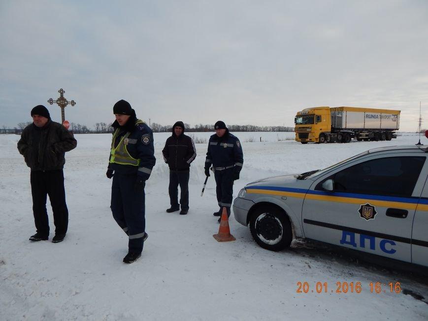 Днепродзержинские полицейские помогли извлечь автомобили из снежной ловушки (фото) - фото 3