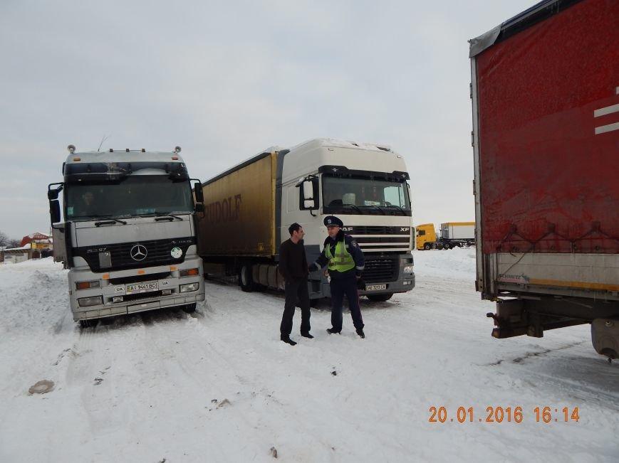 Днепродзержинские полицейские помогли извлечь автомобили из снежной ловушки (фото) - фото 2