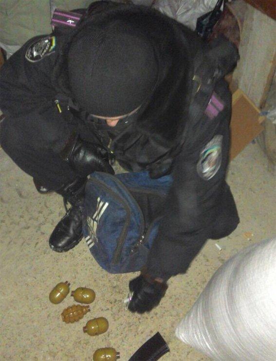 В Кировограде мужчина продавал гранаты (фото) - фото 1