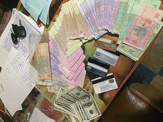 В Краматорске выдавали паспорта за взятку в тысячу гривен (фото) - фото 1