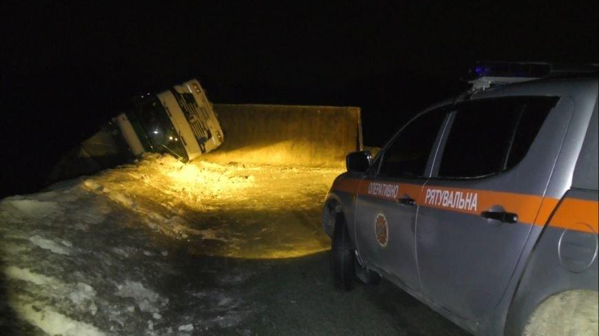 На автодороге «Киев-Сумы-Юнаковка» перевернулся грузовик с прицепом и перекрыл трассу (ФОТО) (фото) - фото 1