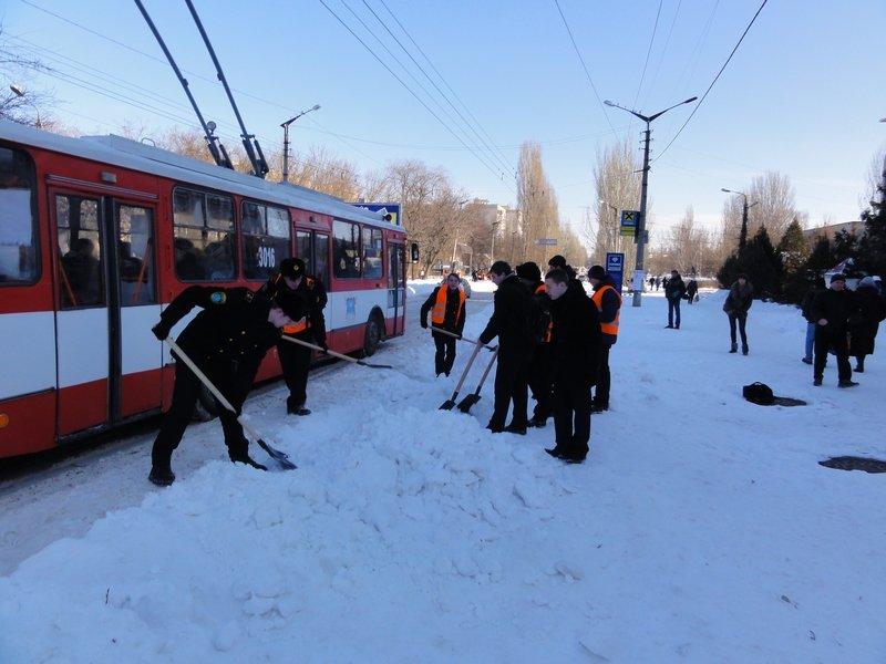 В Николаеве бороться со снегом выгнали учеников мореходки (ФОТОФАКТ) (фото) - фото 4