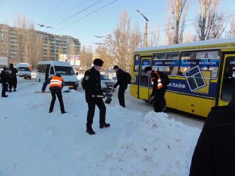 В Николаеве бороться со снегом выгнали учеников мореходки (ФОТОФАКТ) (фото) - фото 5