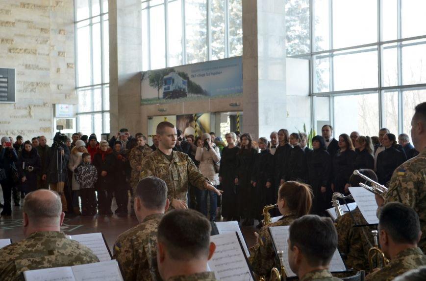 Герои не умирают: на Днепропетровщине в честь защитников Донецкого аэропорта устроили музыкальный флешмоб (ФОТО) (фото) - фото 6