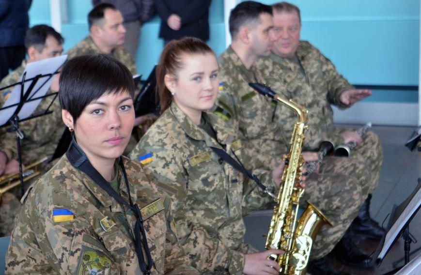 Герои не умирают: на Днепропетровщине в честь защитников Донецкого аэропорта устроили музыкальный флешмоб (ФОТО) (фото) - фото 3
