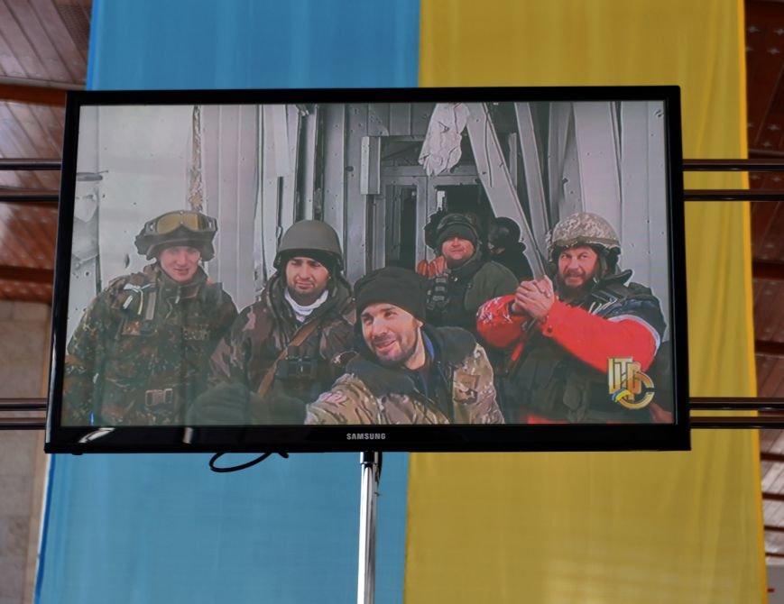 Герои не умирают: на Днепропетровщине в честь защитников Донецкого аэропорта устроили музыкальный флешмоб (ФОТО) (фото) - фото 7