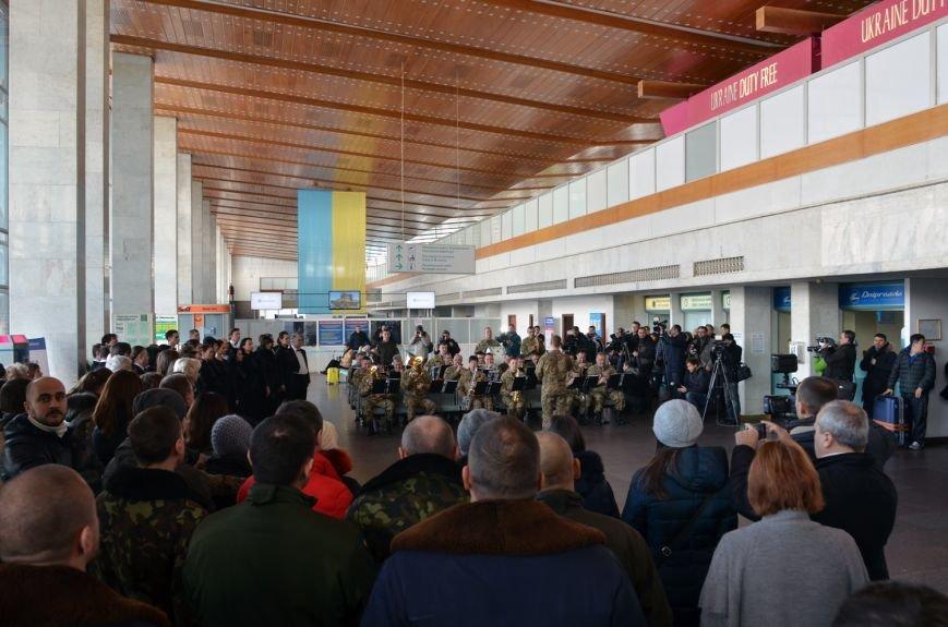 Герои не умирают: на Днепропетровщине в честь защитников Донецкого аэропорта устроили музыкальный флешмоб (ФОТО) (фото) - фото 2