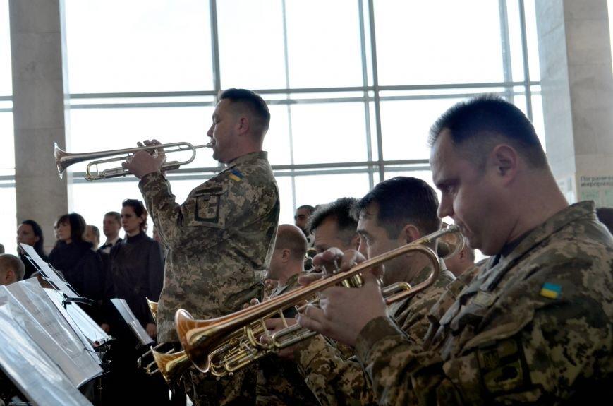 Герои не умирают: на Днепропетровщине в честь защитников Донецкого аэропорта устроили музыкальный флешмоб (ФОТО) (фото) - фото 5