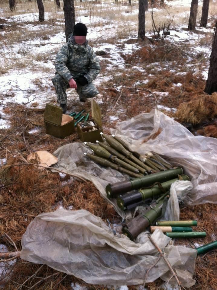 В Станично-Луганском районе найден тайник с военными средствами поражения (ФОТО) (фото) - фото 1