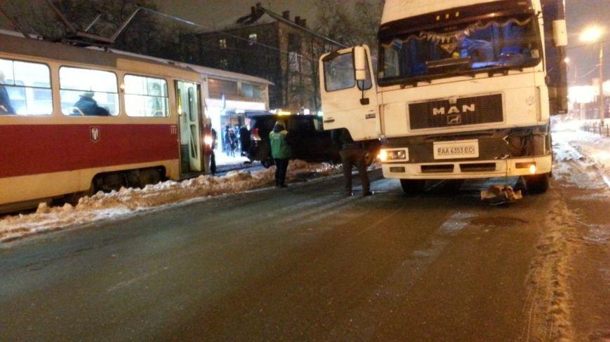 На Дорогожичах произошло ДТП с трамваем, фурой и BMW (ФОТО) (фото) - фото 1