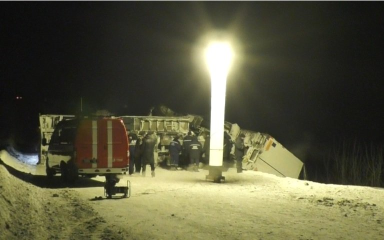 На Сумщині перекинулася та перекрила трасу вантажівка з прицепом (фото) - фото 1