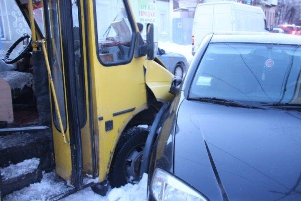 ДТП в Кировограде: маршрутка столкнулась с иномаркой.ФОТО (фото) - фото 1