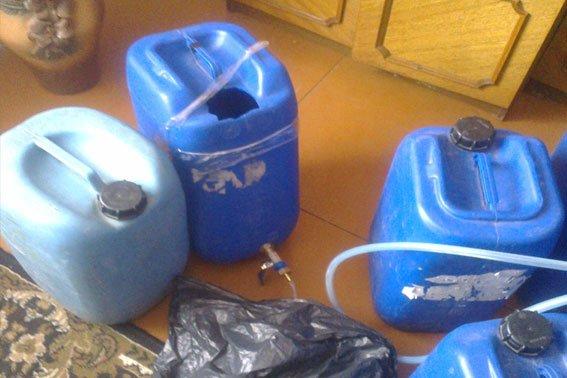 На Львівщині 55-річний чоловік у власному будинку незаконно виготовляв горілчані вироби відомих брендів (ФОТО) (фото) - фото 3