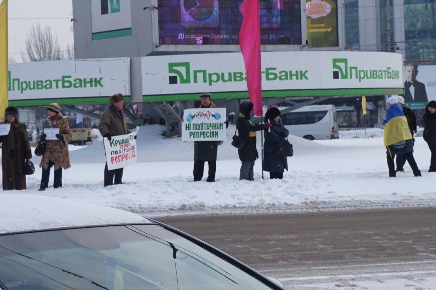 Криворожские активисты выступили против политрепрессий в Украине (ОБНОВЛЕНО, ФОТО) (фото) - фото 2