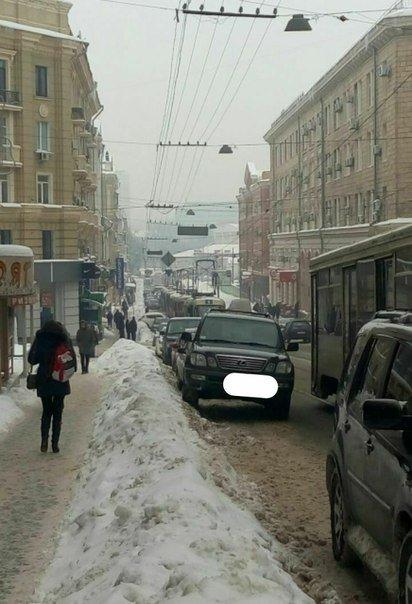 В центре Харькова Lexus заблокировал движение трамваев (ФОТО) (фото) - фото 1