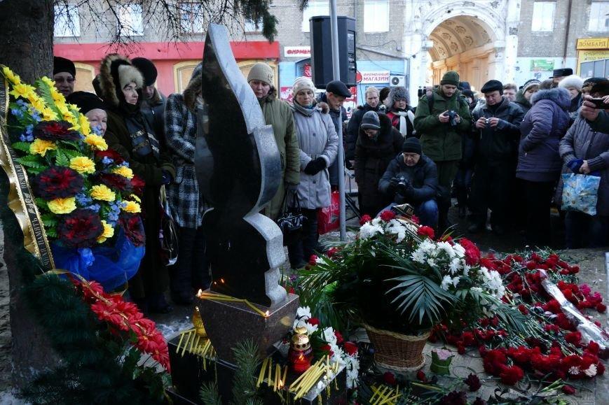 В Донецке почтили память мирных жителей, погибших из-за обстрела общественной остановки на Боссе (Фотофакт) (фото) - фото 1