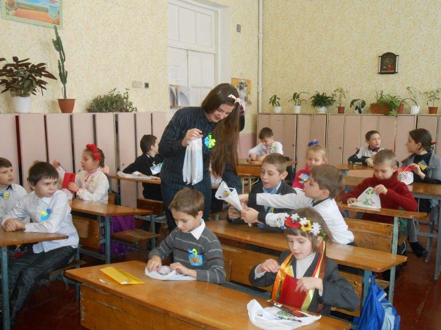 В Днепродзержинске студенты поздравили школьников с Днем Соборности (фото) - фото 16