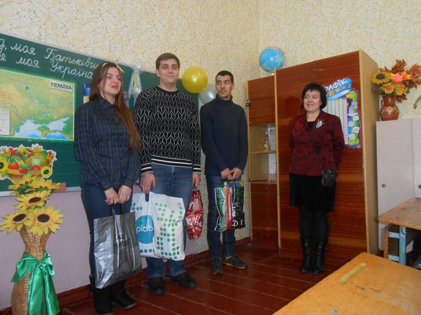 В Днепродзержинске студенты поздравили школьников с Днем Соборности (фото) - фото 3