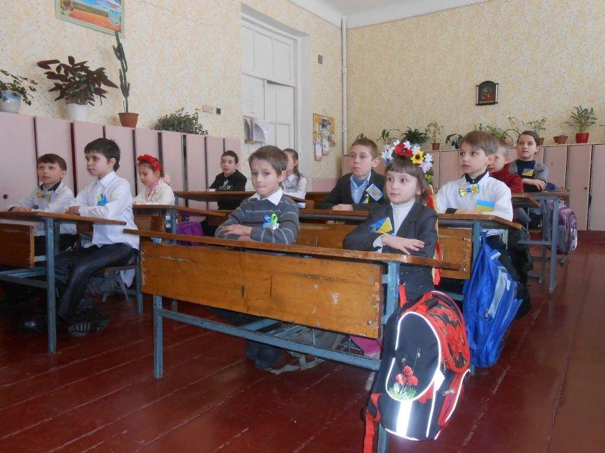 В Днепродзержинске студенты поздравили школьников с Днем Соборности (фото) - фото 1