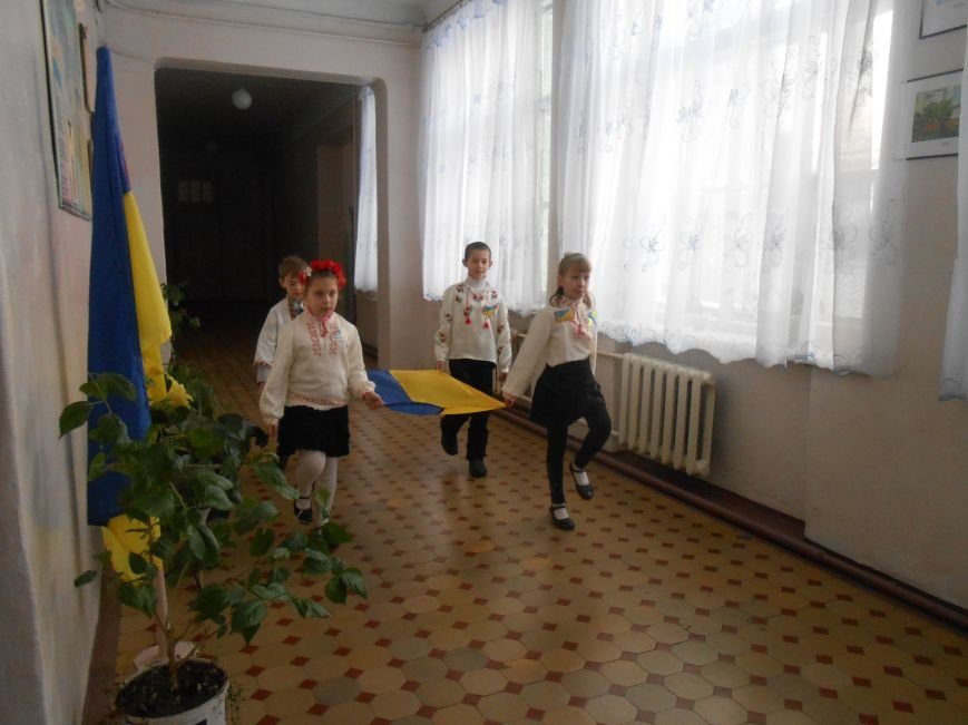 В Днепродзержинске студенты поздравили школьников с Днем Соборности (фото) - фото 10