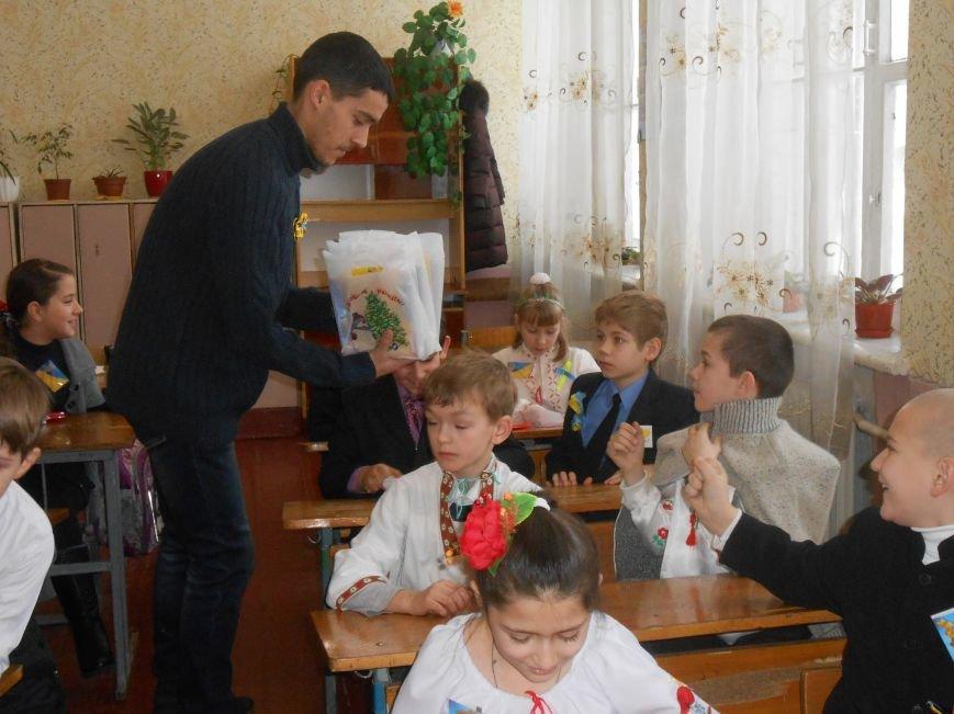В Днепродзержинске студенты поздравили школьников с Днем Соборности (фото) - фото 15