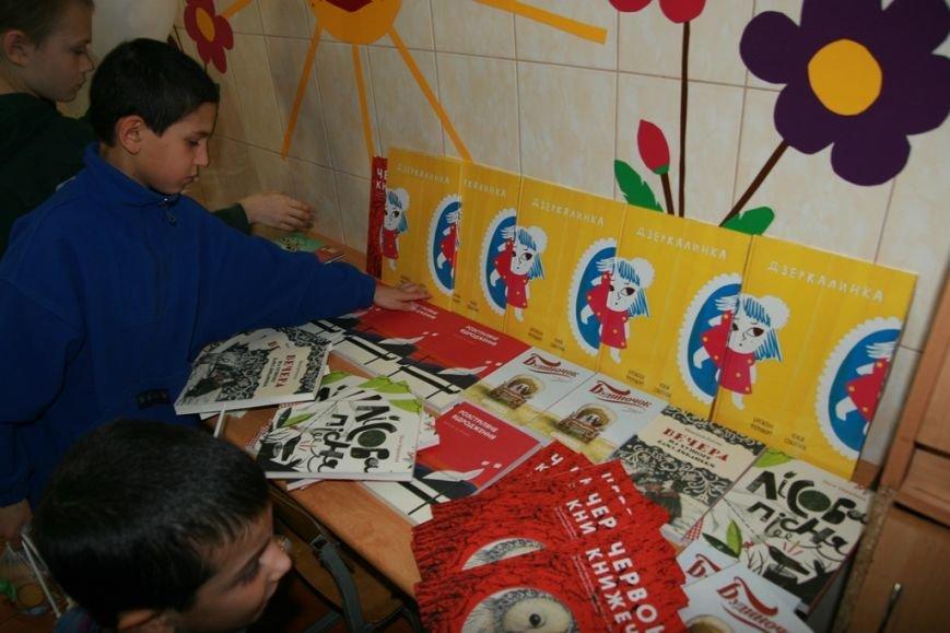 Діти зацікавлено розглядали книжкові новинки