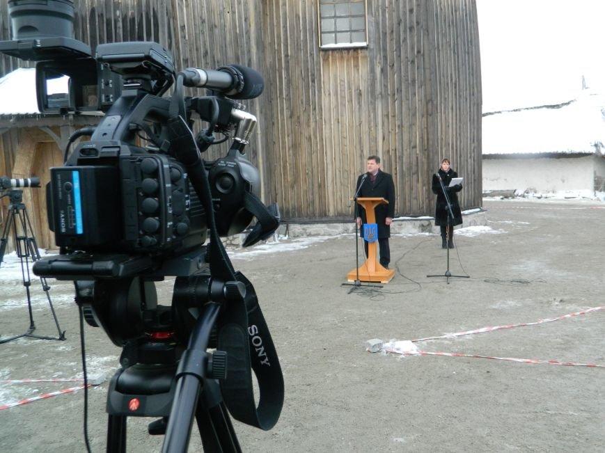 День Соборности: на Хортице запорожцы сформировали живую цепь в виде карты Украины, - ФОТОРЕПОРТАЖ (фото) - фото 8