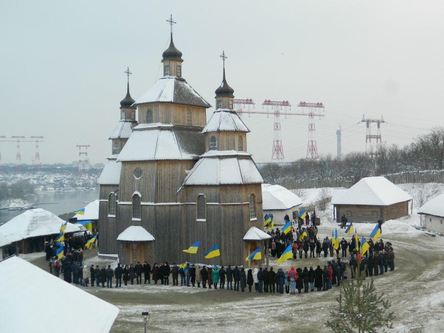 День Соборности: на Хортице запорожцы сформировали живую цепь в виде карты Украины, - ФОТОРЕПОРТАЖ (фото) - фото 14