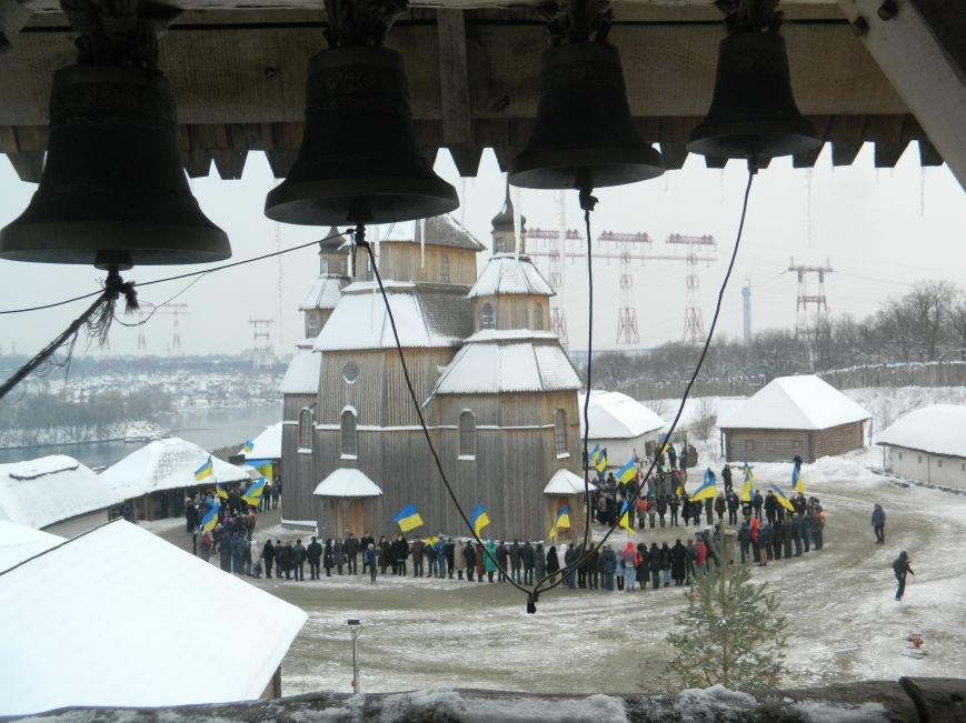 День Соборности: на Хортице запорожцы сформировали живую цепь в виде карты Украины, - ФОТОРЕПОРТАЖ (фото) - фото 13