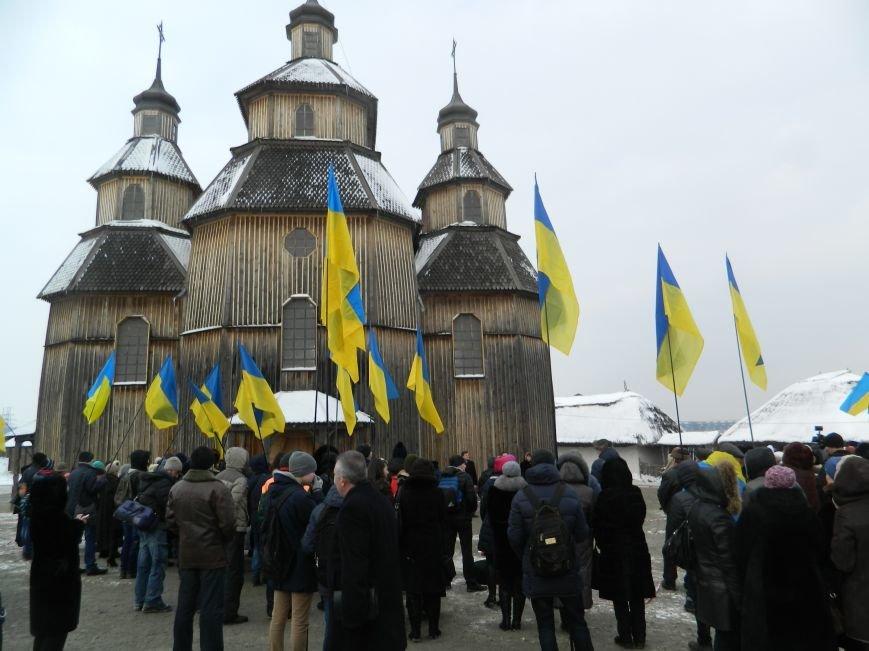 День Соборности: на Хортице запорожцы сформировали живую цепь в виде карты Украины, - ФОТОРЕПОРТАЖ (фото) - фото 11