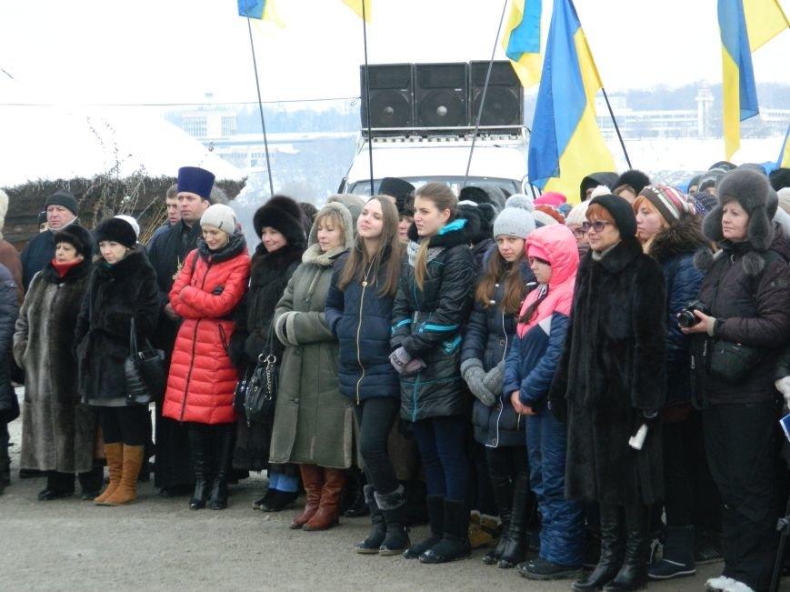 День Соборности: на Хортице запорожцы сформировали живую цепь в виде карты Украины, - ФОТОРЕПОРТАЖ (фото) - фото 5